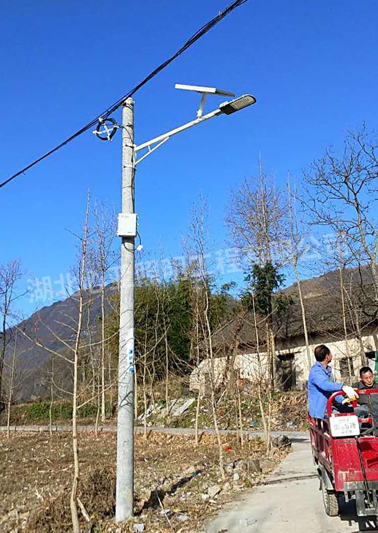 安装在电线杆上的太阳能路灯