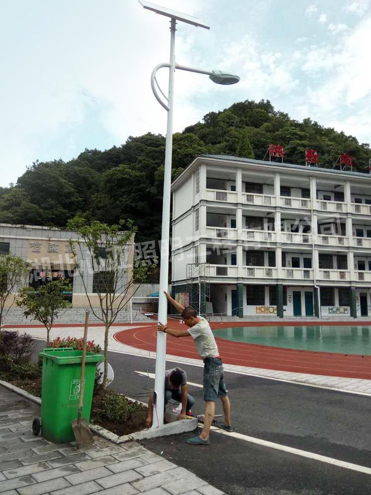 樟村坪向阳小学太阳能路灯安装现场