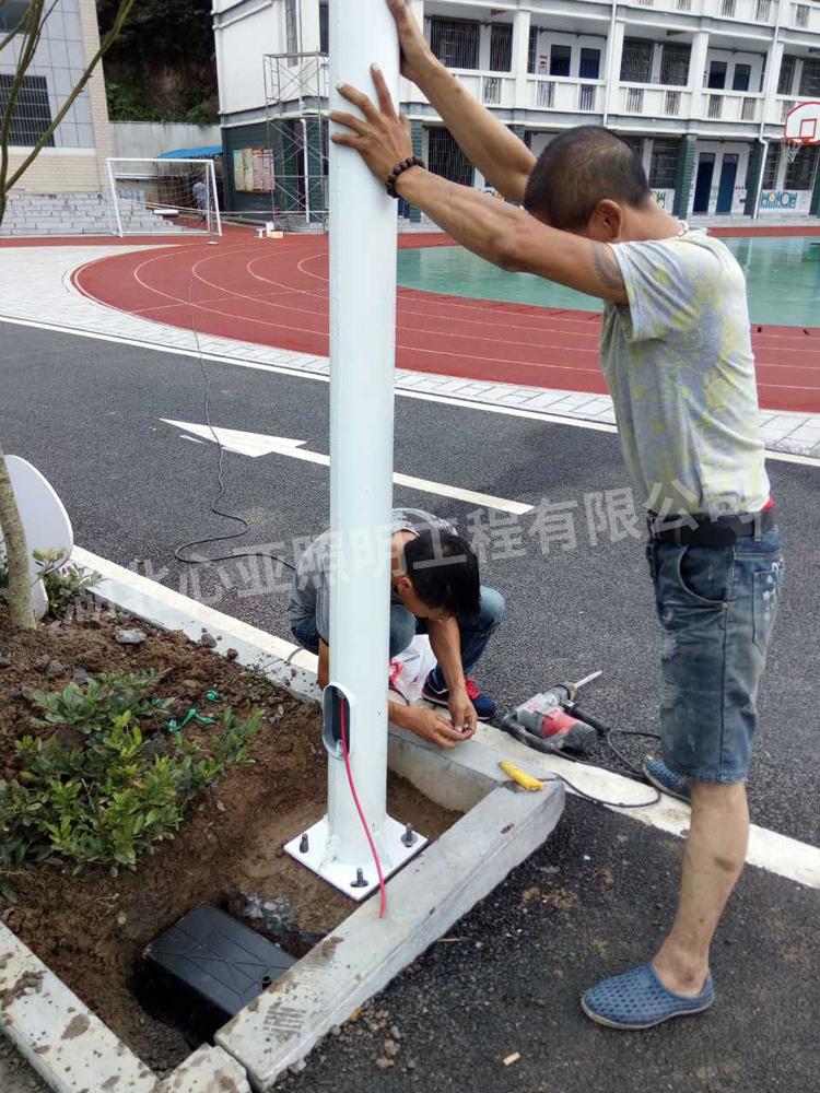 樟村坪向阳小学太阳能路灯安装现场5