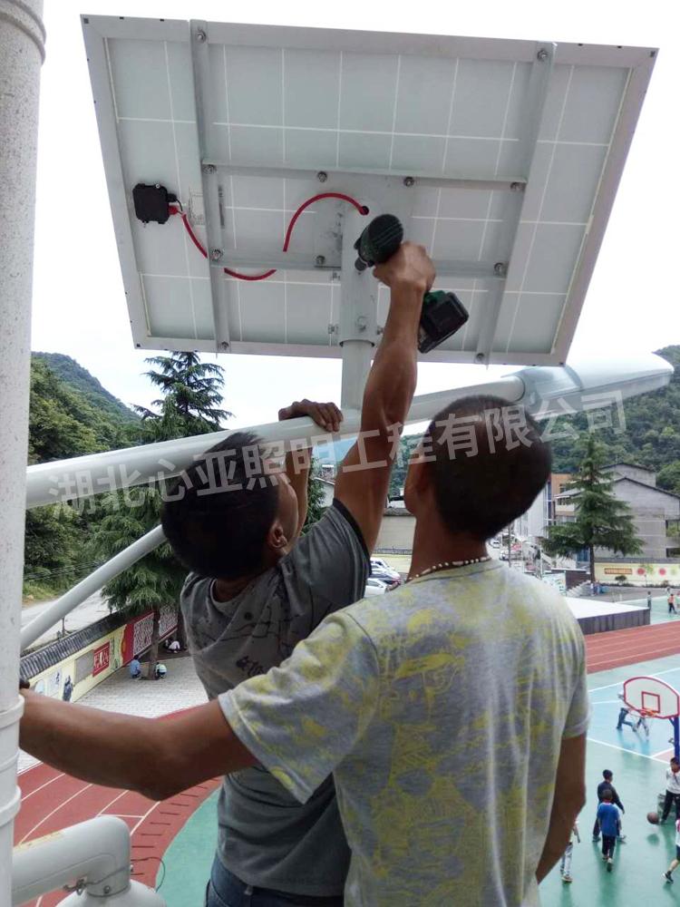 樟村坪向阳小学太阳能路灯安装现场4