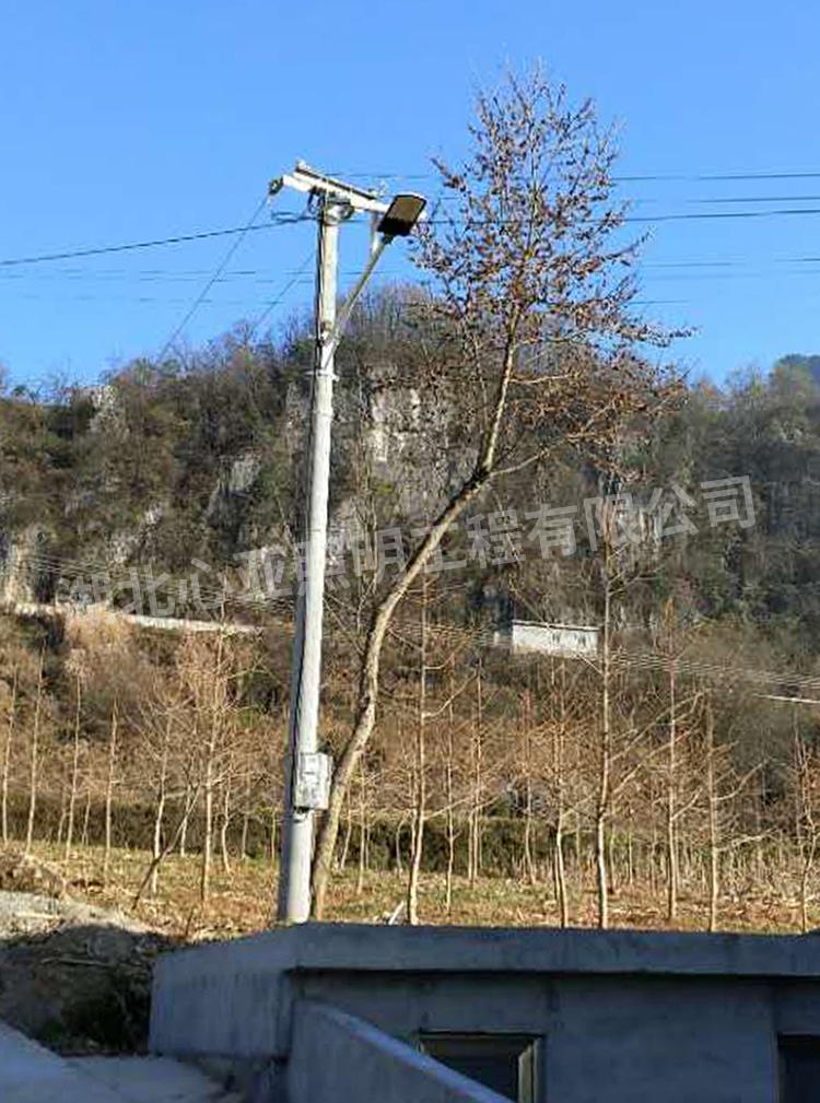 安装在电线杆上的太阳能路灯2